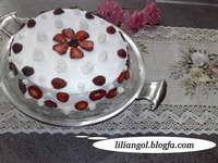کیک  اسفنجی با تزیین خامه وتوت فرنگی